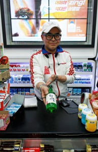 k-marting-canadian-ex-pats-really-like-to-drink-in-front-of-korean-convenience-stores-body-image-1430493810
